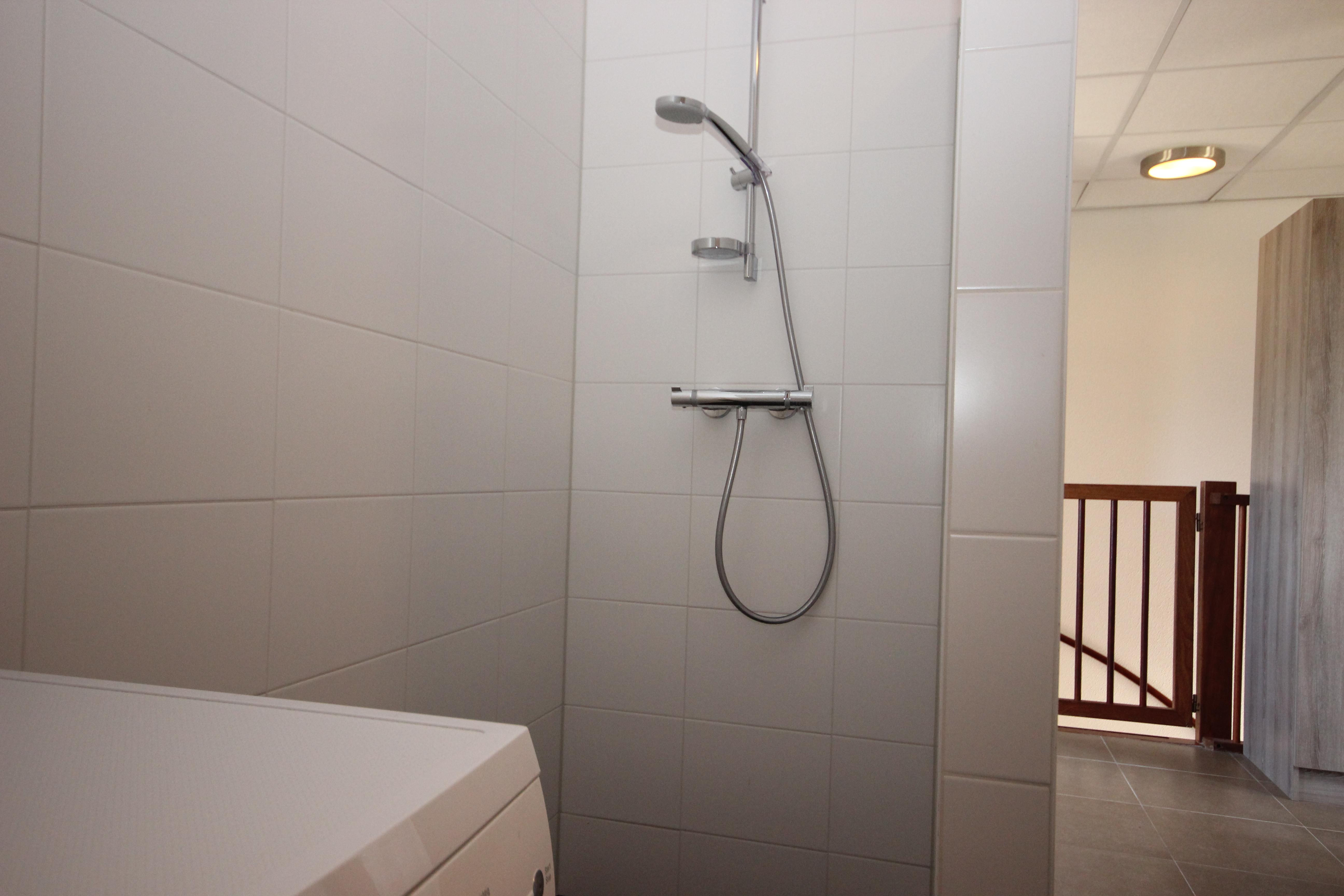gezamenlijke ruimte douche boven.JPG