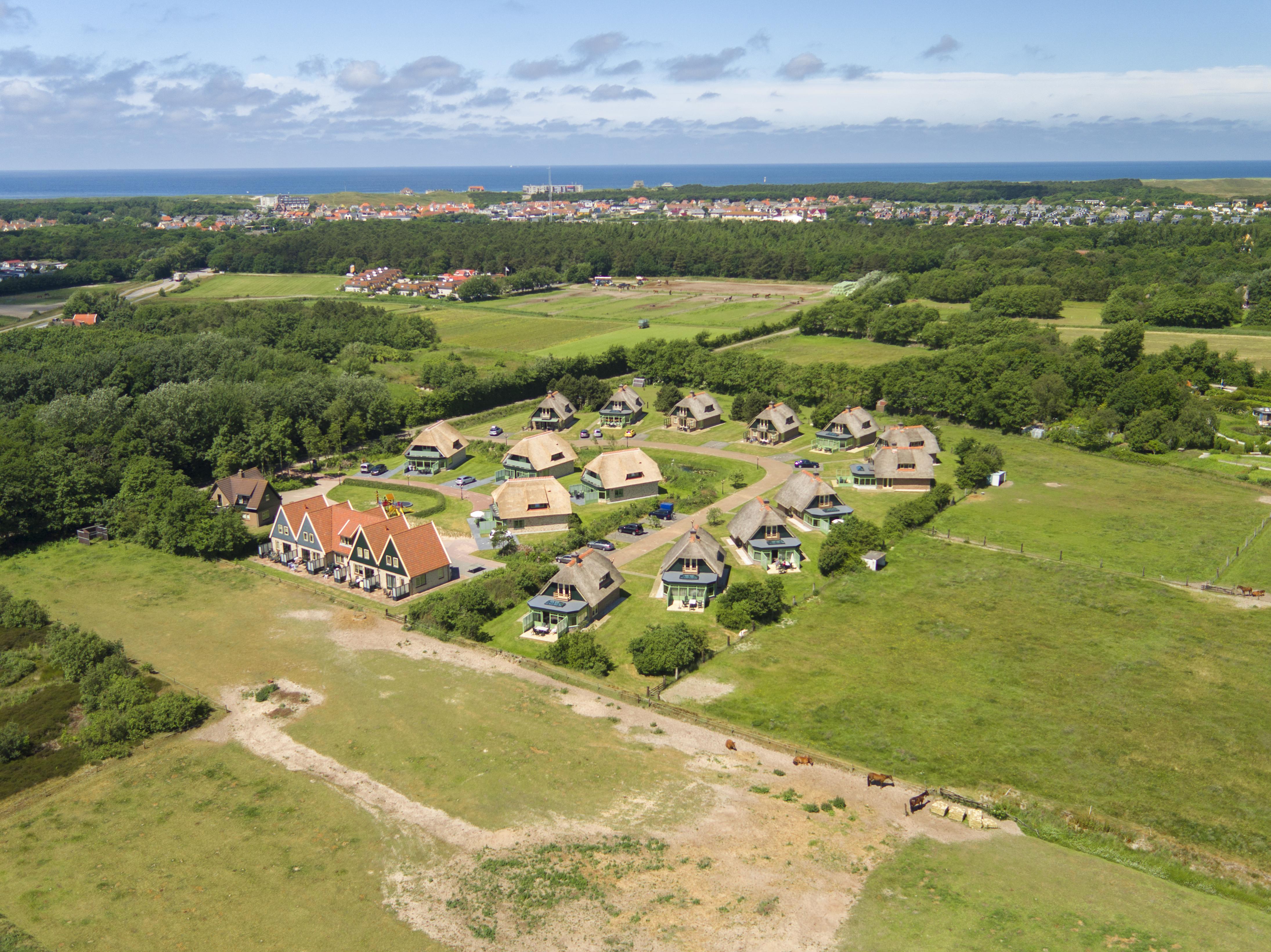 luchtfoto buitenhof landleven met noordzee.jpg